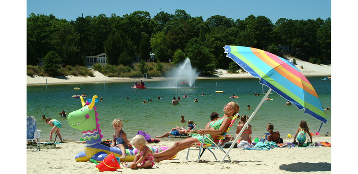 Relax on the beach at the swimming lake
